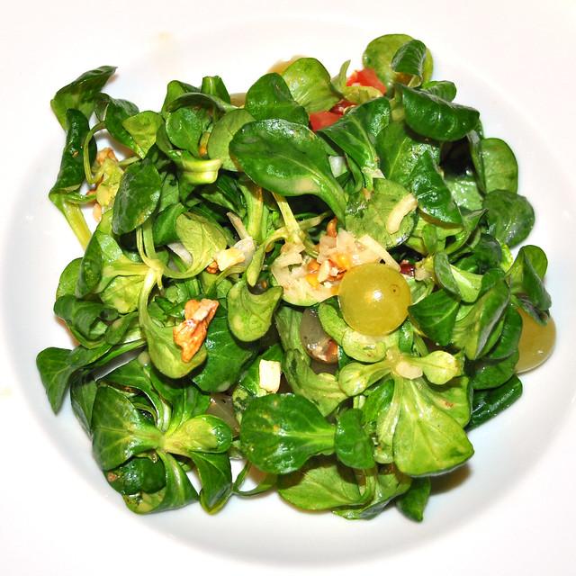 3-gängiges vegetarisches Wochenendmenü zum Abnehmen ... Feldsalat mit Trauben und Walnüssen ... gebratene Fenchelknolle mit schwarzen Oliven, getrockneten Tomaten und roter Paprikaschote ... kleine Portion Blauschimmelkäse --- Fotos: Brigitte Stolle
