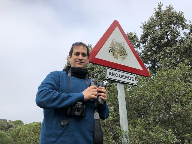 Sele ante una señal de linces en la Sierra de Andújar