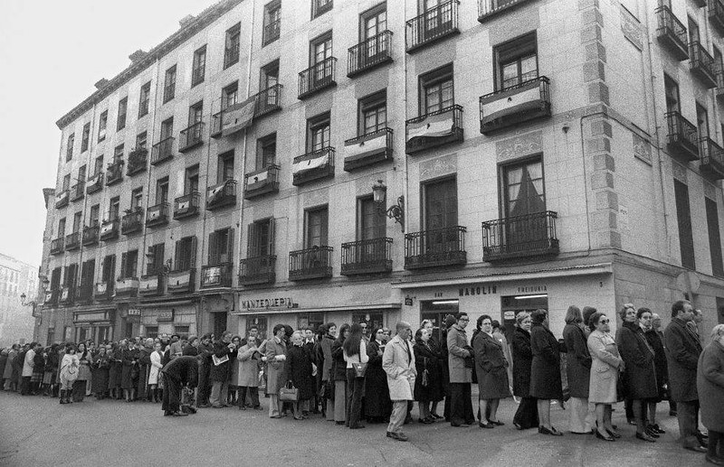 Las colas de españoles para dar el último adiós a Francisco Franco abarcaban centenares de metros