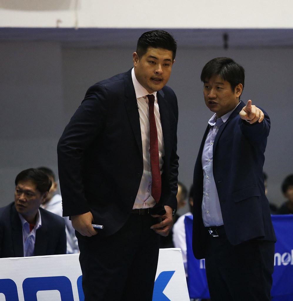 金酒教練吳俊雄(左)。(籃協提供)