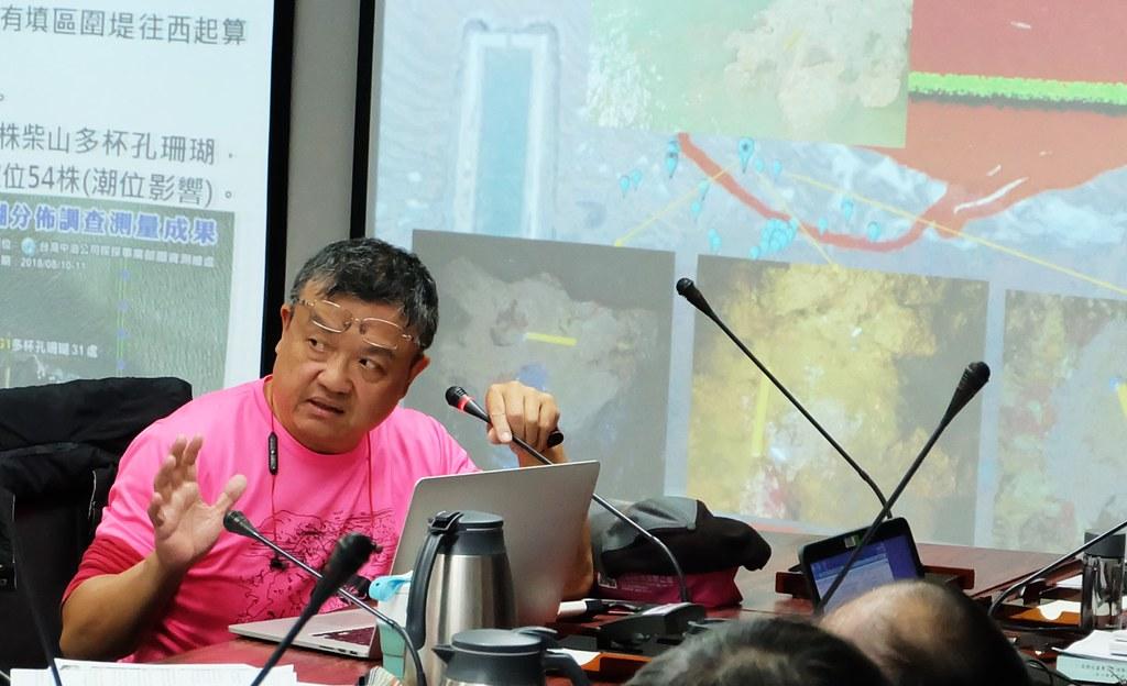 中研院生物多樣性中心陳昭倫於區委會上指出最新發現「多杯孔珊瑚島」藻礁塊。攝影:陳文姿