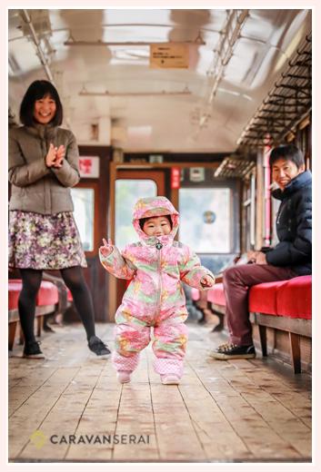 電車の中で家族写真のロケーション撮影 冬