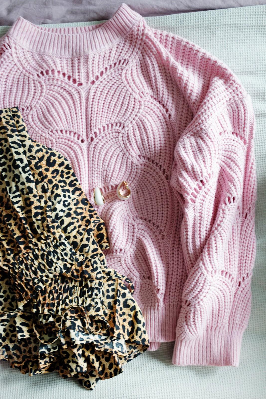 039ac9cf2bf6 Projekt garderob är igång och jag försöker att hålla mig till kläder som  går att kombinera på fler sätt en ett. Den leopardmönstrade kjolen gör sig  till ...