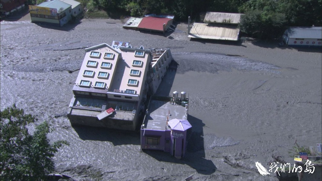2008年辛樂克颱風夾帶大雨,塔羅灣溪水沖倒綺麗飯店與公主小妹。