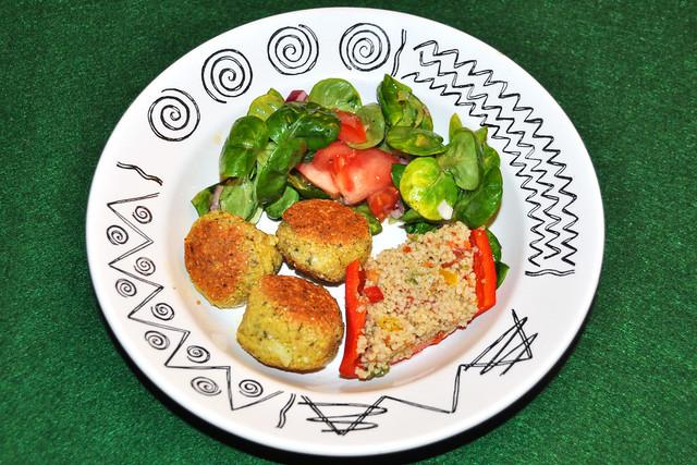 Februar 2019 ... Fleischlos glücklich, vegetarisch, vegan ... Kochen nach den Regenbogenfarben ... Kichererbsen-Bratlinge (Falafel), Kuskus-/Couscous-Salat in halbierten Paprikaschoten, Feldsalat ... Foto: Brigitte Stolle