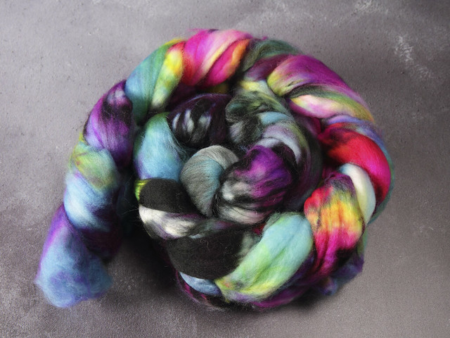 Extra fine merino pure wool superwash combed top/roving hand dyed spinning fibre 95g – 'Shinjuku'