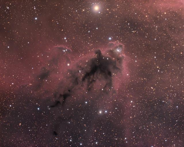 VCSE - Az LDN 1622 sötétköd hosszú expozíciós idjeű felvételen - APOD, T. Lahtinen