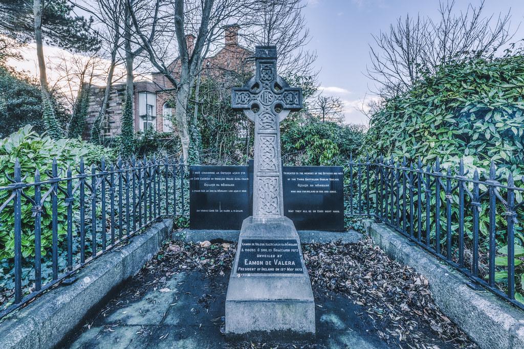 MEMORIAL CROSS IN BALLSBRIDGE 001