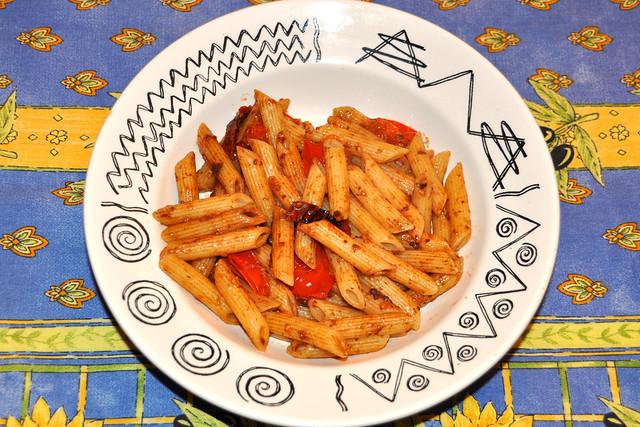 Tapenade, die köstliche Olivenpaste aus der Provence, schmeckt auch zu Pasta wunderbar ... Foto: Brigitte Stolle