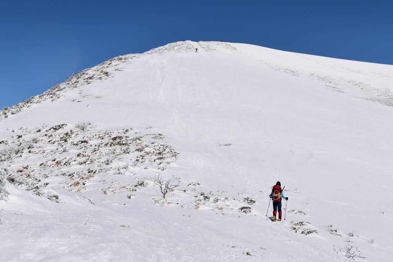 雪の平標山 最後の登り
