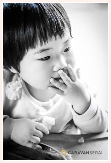 1才の女の子 モノクロ