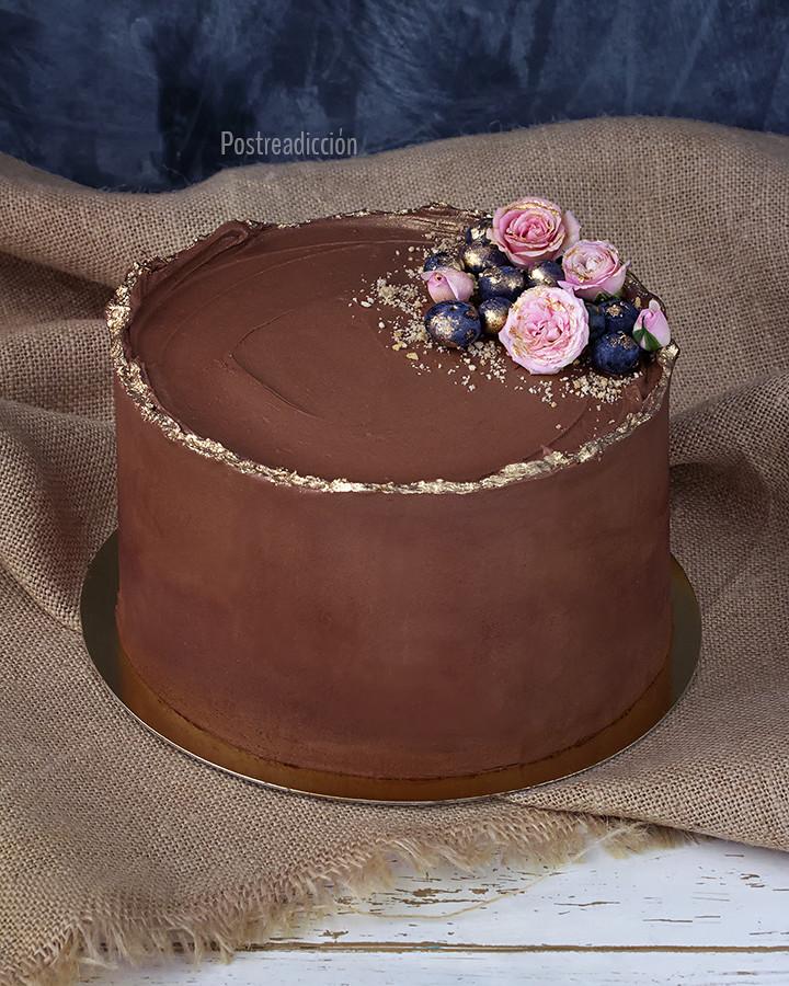 tarta de chocolate dorado y flores