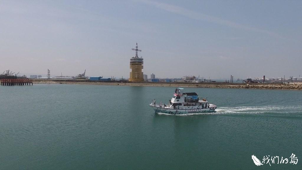 黑潮海洋文教基金會策畫遶島行動,號召民眾重視海洋環境惡化的議題。