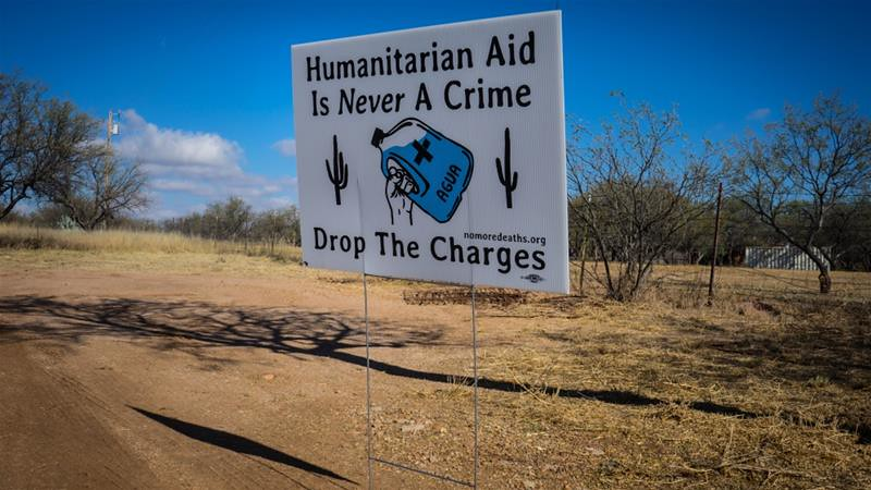 「不再有死亡」組織立牌上寫著:人道救援絕非犯罪,撤銷起訴。(圖片來源:Patrick Strickland/Al Jazeera)