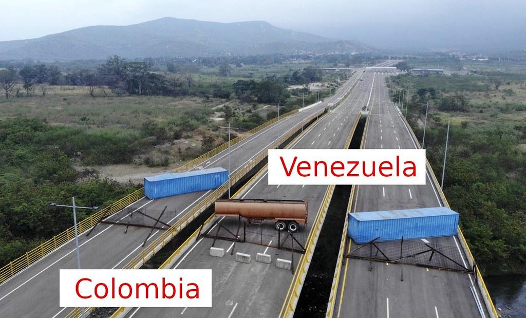 觀察拍攝角度與圍籬支架的角度,圍籬與混凝土應是哥倫比亞置放。