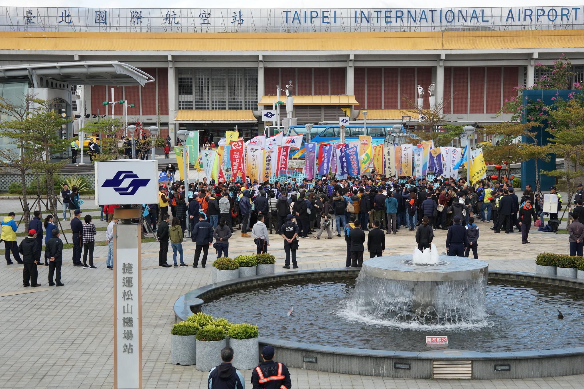 全台超過60間工會在松山機場前聲援機師工會。(攝影:王顥中)