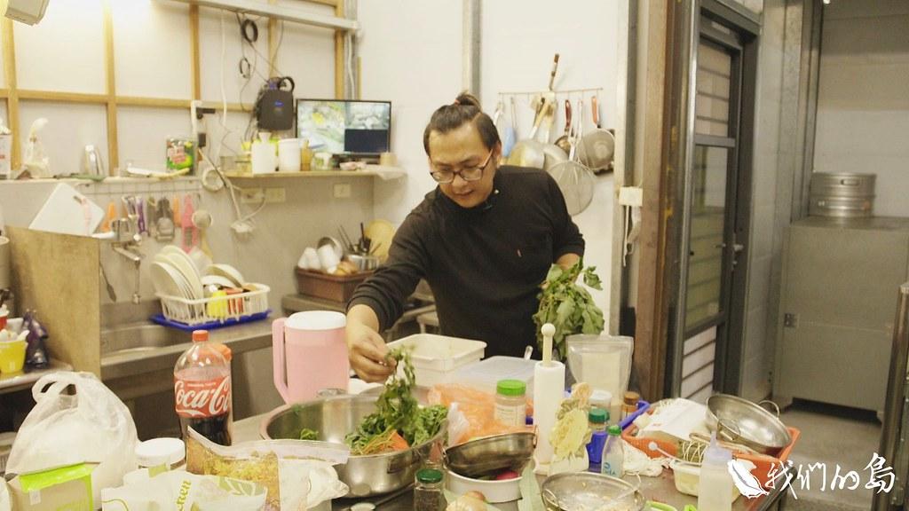 伊畢也發揮創意,用傳統香料研發出各種新配方,也將布農族的野菜融合到西式餐點中。