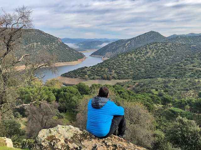 Sele mirando el Embalse del Jándula en la Sierra de Andújar (Jaén)