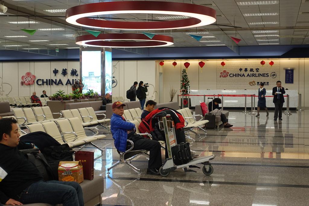 華航機師罷工未設置期限,預計效應將持續延燒,圖為華航在松山機場的櫃台。(攝影:張智琦)