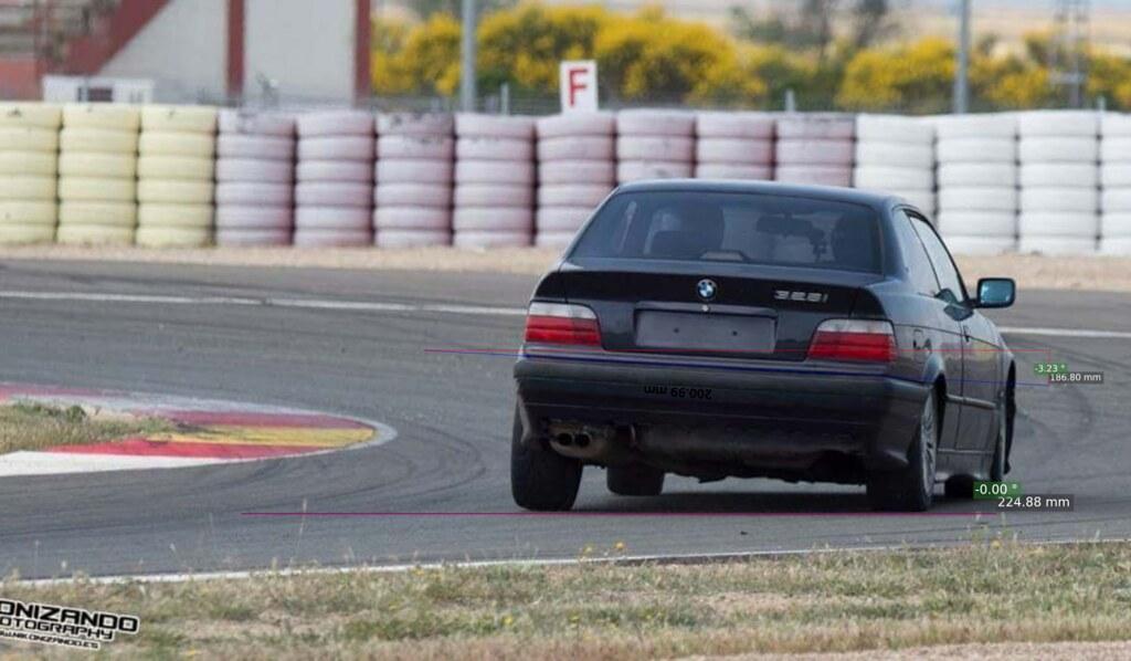 BMW e36 328i entrando en curva