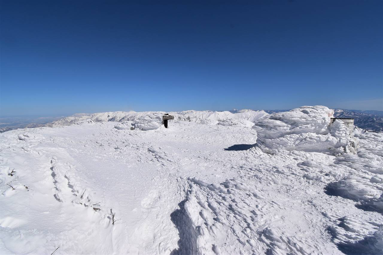 冬の仙ノ倉山山頂