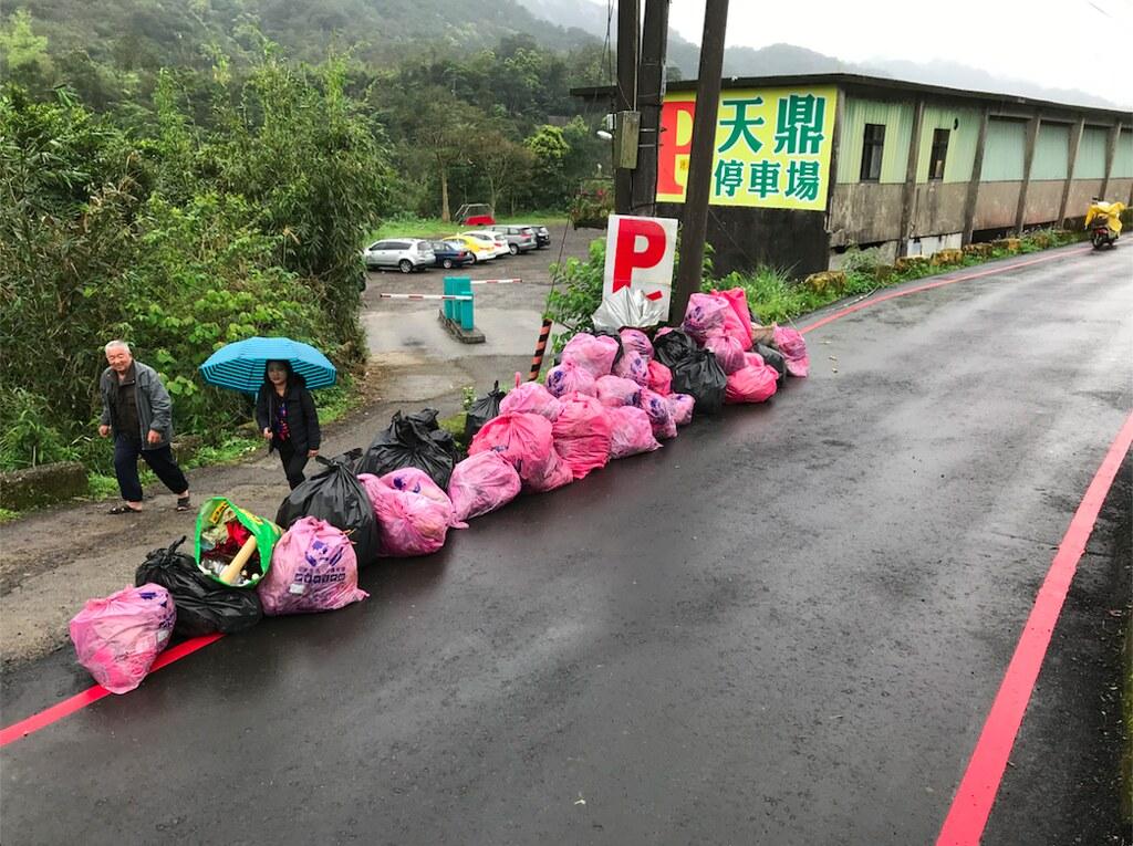 志工撿了40袋垃圾,裡面有95%是廢棄天燈。圖片提供:Taiwan Adventure Outings