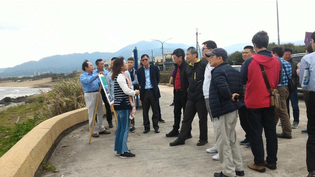 汪昭華說明移除低度利用漁港設施的施工後情況。