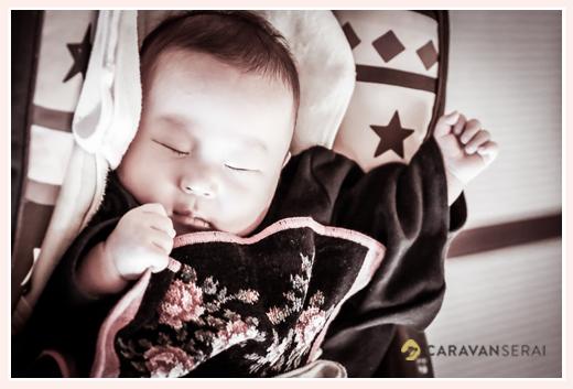 お食い初めを終えて眠る赤ちゃん 男の子