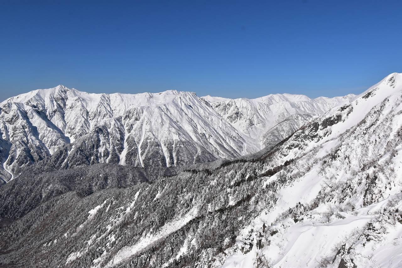 雪の笠ヶ岳稜線