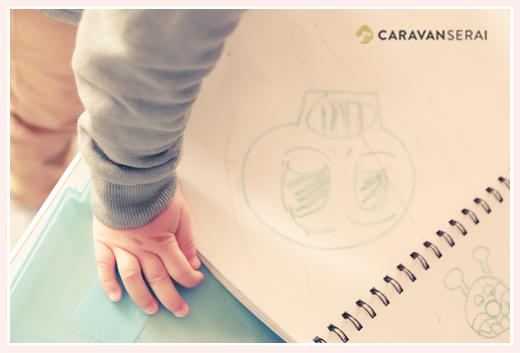 子どもの手のアップとお絵描き