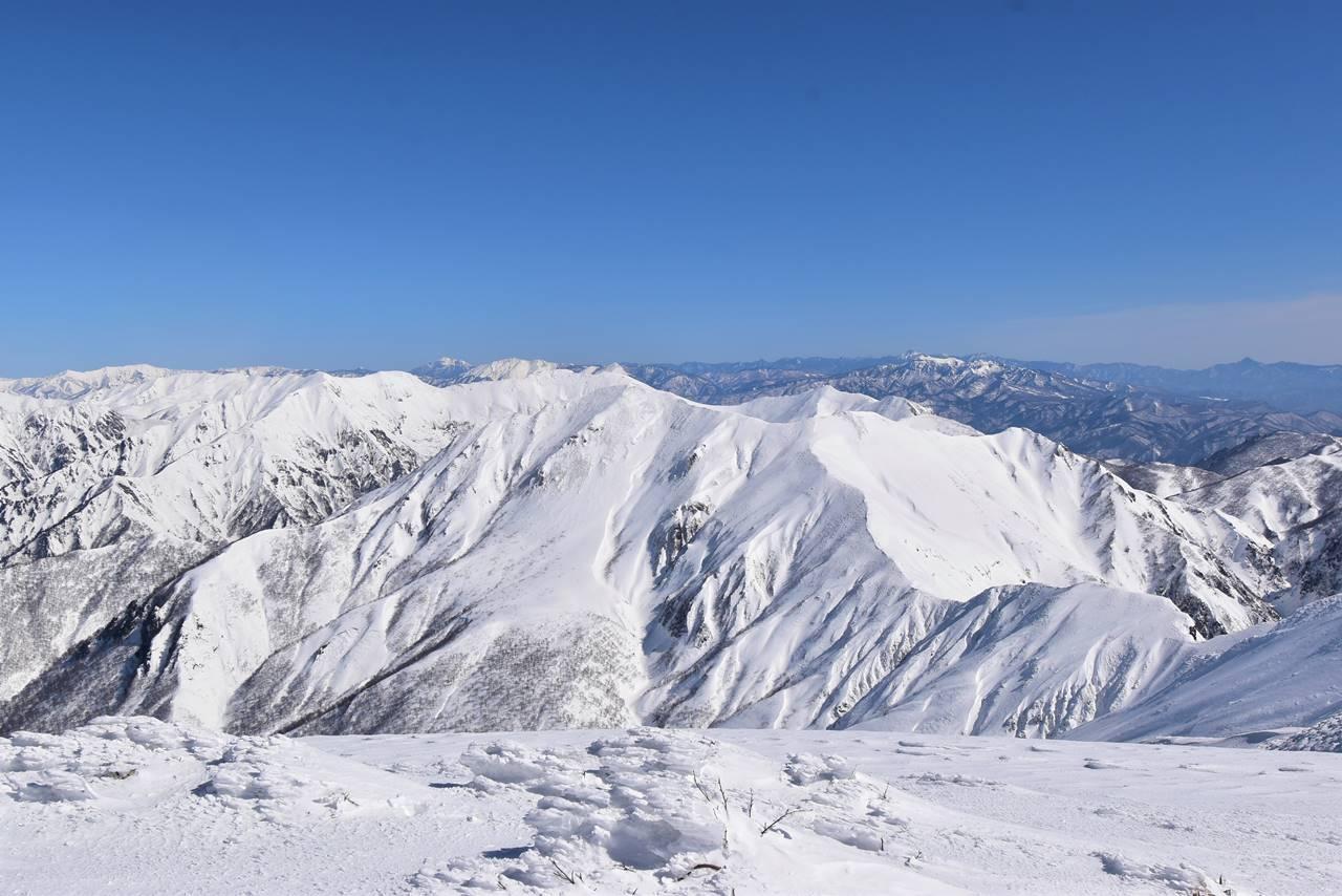 仙ノ倉山から眺める雪の谷川主脈縦走路