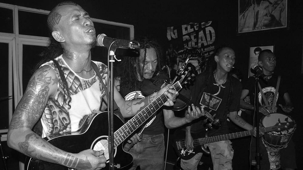 包括印尼樂團「Marjinal」主唱Mike與眾多音樂創作者都反對新的音樂法案。(圖片來源:Ian Wilson/Al Jazeera)