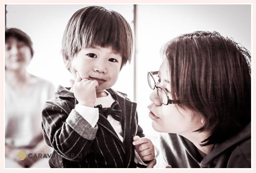 スーツを着た2歳の男の子とママ モノクロ写真