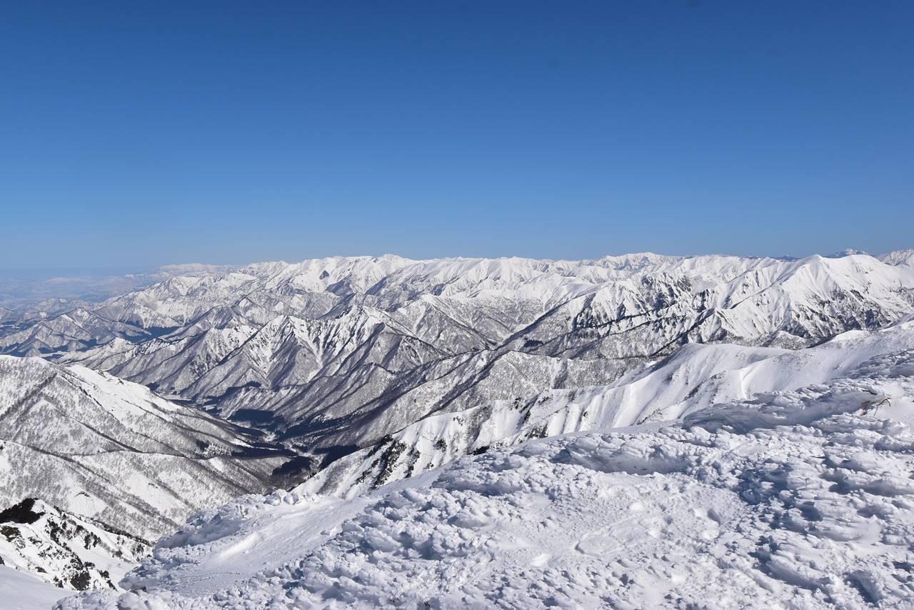 平標山山頂から眺める雪景色