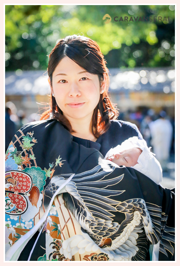 お宮参り 出張撮影 1か月の赤ちゃんを抱くママ