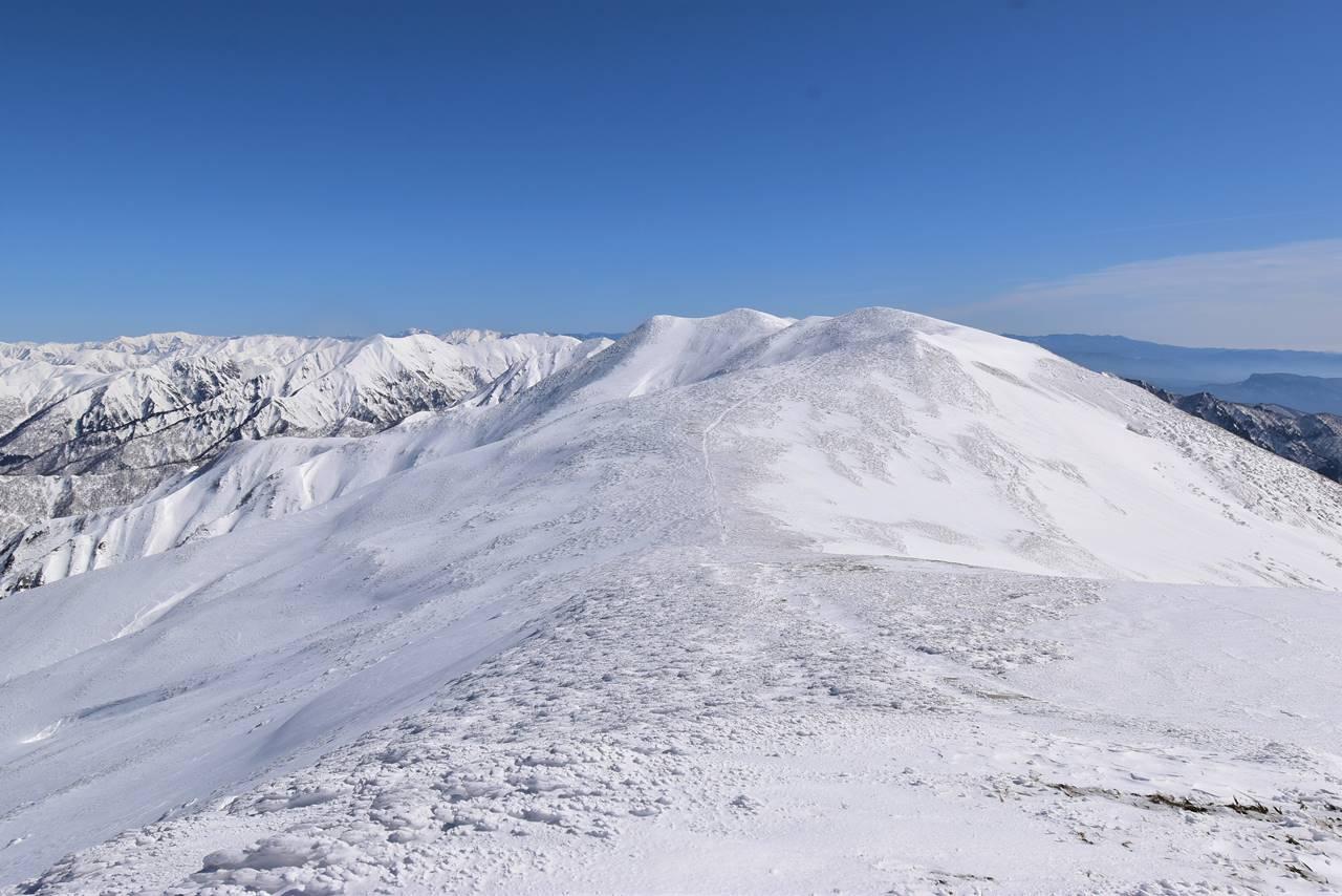 冬の平標山から仙ノ倉山の稜線