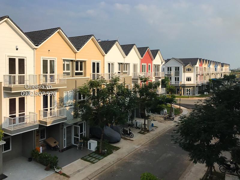 dãy nhà phố nhiều màu sắc tươi trẻ