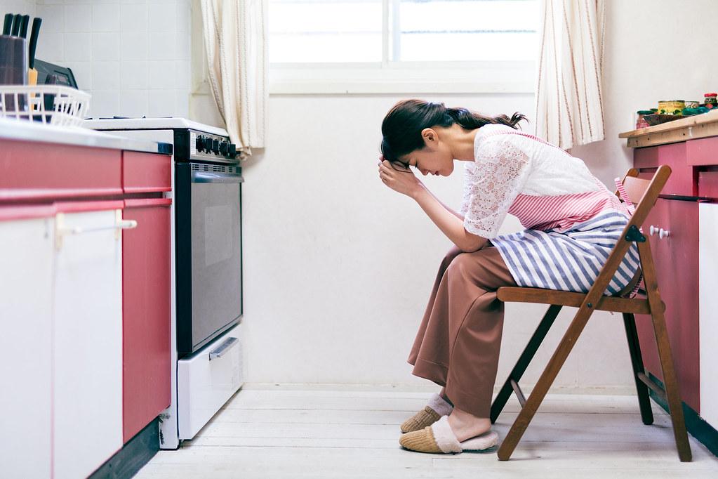 ママ友同士の人間関係に悩む女性