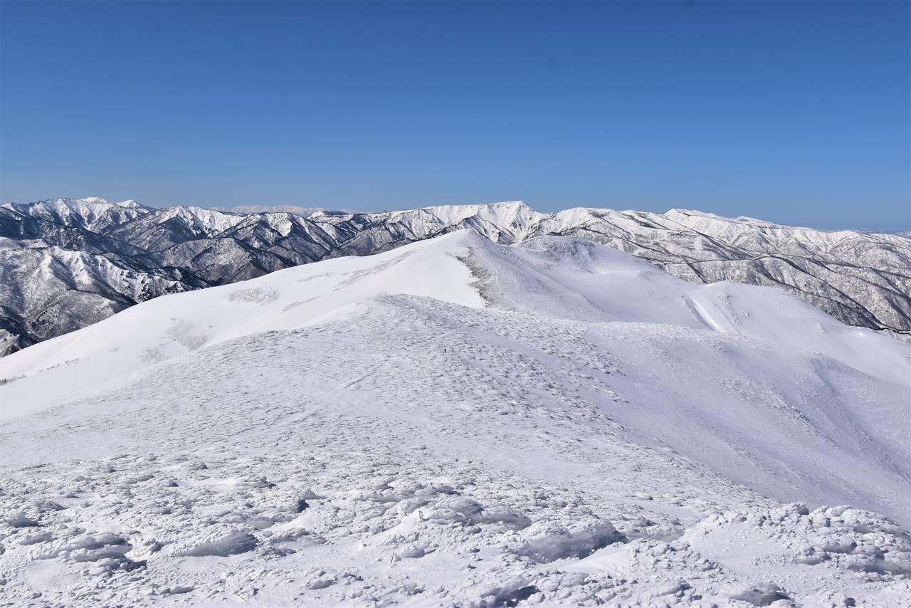 冬の平標山と苗場山