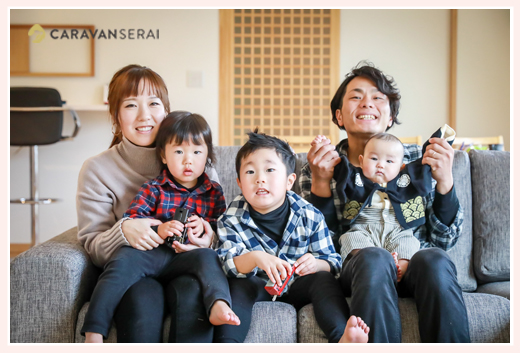 自宅で家族写真 カジュアルな服装