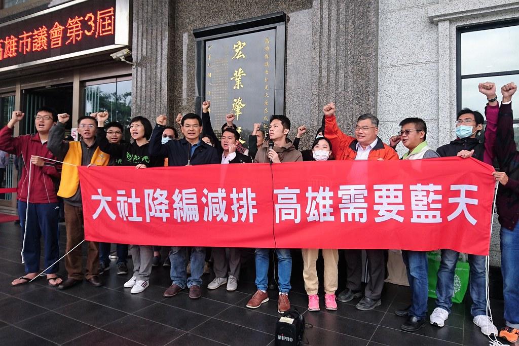 韓國瑜首赴市議會質詢,民團集結要求大社工業區降編減排,改善空污。攝影:李育琴