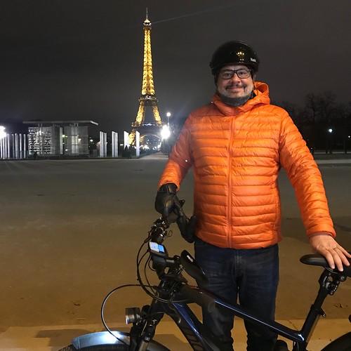 Portrait de Tristan Nitot avec son vélo de nuit