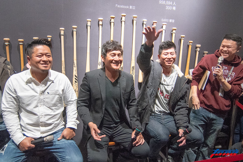 (左起)許竹見、林英傑和林恩宇在球迷見面會中暢聊往事。(特派記者王啟恩/現場拍攝)