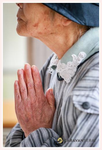 神社で祈りを捧げる人