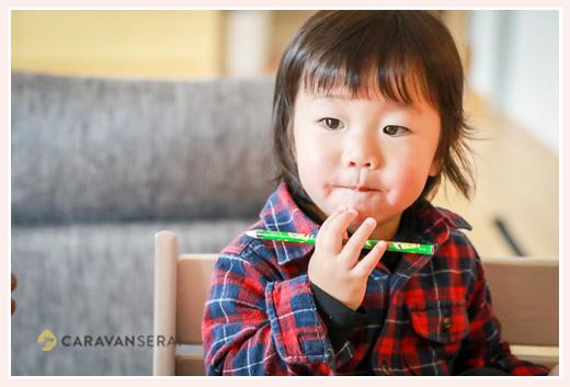 2才の男の子 お絵描き風景