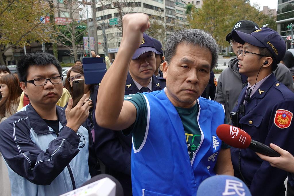 華航企工理事長劉惠宗到場提出不同意見,強調企業工會支持機師工會罷工。(攝影:張智琦)