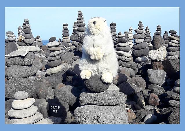 Februar 2019 ... Karla Kunstwadl mit V&J auf Teneriffa ... Fotos: Volker Stolle ... Steinmännchen am Strand