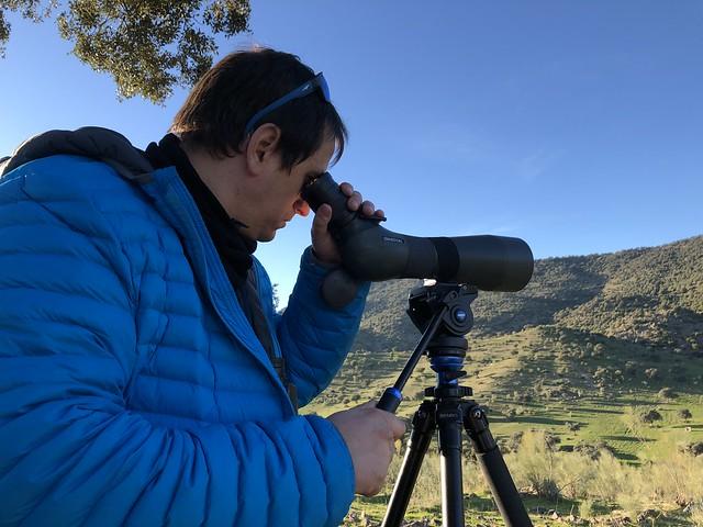 Sele mirando por el telescopio con el objeto de ver de linces en la Sierra de Andújar (Jaén)