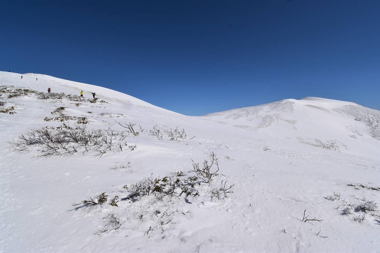 冬の平標山と仙ノ倉山
