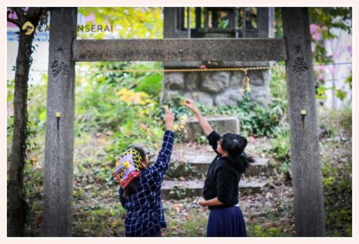 神社の境内で祭りの準備をする子供たち